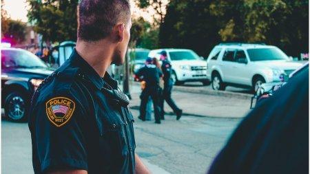 Un barbat din <span style='background:#EDF514'>TEXAS</span> a impuscat trei politisti in spate, ucigandu-l pe unul dintre ei