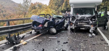 Masina distrusa de o autorulota, intr-un accident in Prahova. Cinci persoane, printre care si un bebelus, au fost ranite
