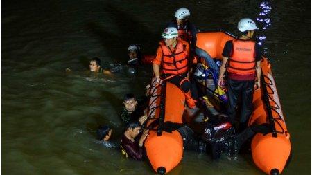<span style='background:#EDF514'>TRAGEDIE</span> in Indonezia. 11 copii s-au inecat in timpul unei excursii scolare: Se tineau de maini