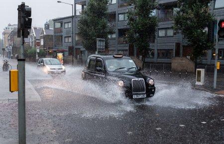 Efectele post-<span style='background:#EDF514'>BREXIT</span>. Cea mai mare companie de taxiuri din Londra ofera un salariu de pornire de 5.000 de lire