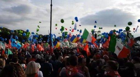 Zeci de mii de persoane au protestat la Roma impotriva anti-vaccinistilor si fascistilor. Ei cer guvernului dizolvarea <span style='background:#EDF514'>GRUPURI</span>lor impicate in violentele de weekendul trecut
