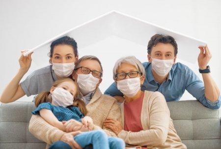 Studiu. Vaccinarea unui membru al familiei reduce aproape la jumatate riscul ca ceilalti membri sa se infecteze cu coronavirus