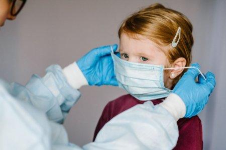Medic pediatru, despre COVID la copii: Multi au un debut fals de infectie virala, cu dureri abdominale