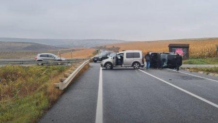 BMW filmat in timp ce se rastoarna, dupa un impact violent. Masina gonea cu viteza pe asfaltul umed VIDEO