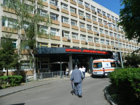 Scandal la Spitalul Judetean din <span style='background:#EDF514'>SATU MARE</span>, dupa ce o tanara insarcinata in sase luni, a murit la ATI. Rudele au vrut sa intre in spital