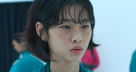 Actrita HoYeon Jung din Squid Game apare pe coperta Vogue Coreea. Poarta o tinuta indrazneata