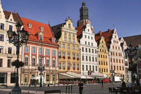 Ati vizitat Paris, Roma sau Londra si vreti o noua destinatie de city break? Asezat la distante aproape egale de Berlin, Praga si Varsovia, se afla un oras ce a renascut din propria <span style='background:#EDF514'>CENUSA</span> dupa cel de-al Doilea Razboi Mondial, gazduieste 800 de piciti si e mai colorat ca o punga de Skittles. GALERIE FOTO