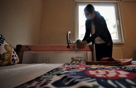 REPORTAJ. O casa <span style='background:#EDF514'>DEPARTE</span> de acasa. Cine are grija de parintii copiilor internati in spital