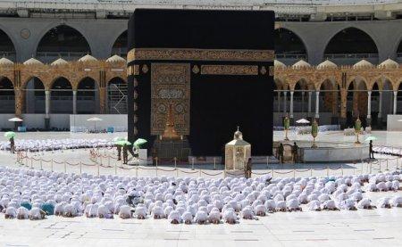 Restrictiile au fost eliminate in Marea Moschee din Mecca. Credinciosii s-au rugat umar langa umar