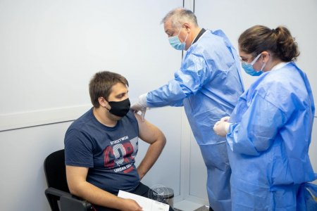 Abia 41.566 de persoane vaccinate in ul<span style='background:#EDF514'>TIME</span>le 24 de ore. Peste 22.000 au fost imunizate cu prima doza