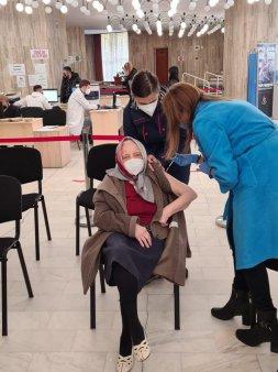 O femeie in varsta de 105 ani a mers sa-si faca a treia doza de vaccin