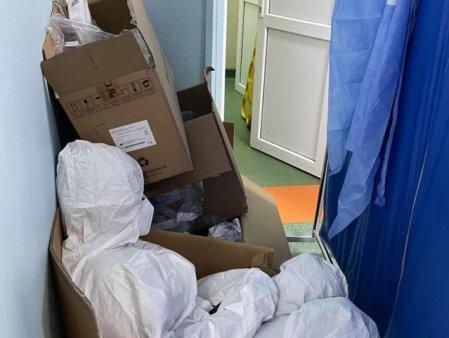 Lupta <span style='background:#EDF514'>CADRELOR</span> medicale cu oboseala: imagini cu o asistenta dormind asezata intr-o cutie