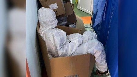 Asistenta surprinsa dormind intr-o cutie la Spitalul Clinic de Urgenta Sf. Pantelimon din Capitala. Toate paturile, scaunele si mesele sunt ocupate de pacienti in stare grava