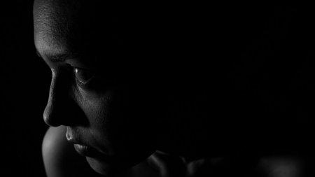 O tanara de 27 de ani din Caras-Severin, <span style='background:#EDF514'>SECHE</span>strata, batuta si tunsa de fostul iubit