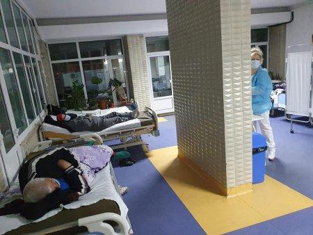 Paturi cu bolnavi, pe holul spitalului din <span style='background:#EDF514'>BUZAU</span>. Triajul, mutat langa biroul managerului. Deputat PNL: Aceasta este imaginea disperarii
