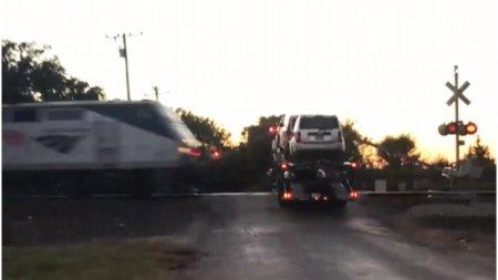 Un tren a lovit un <span style='background:#EDF514'>CAMI</span>on care a ramas blocat pe sine in SUA. Cinci persoane au fost ranite