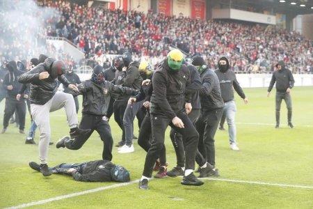 Violenta extrema la derbyul Slovaciei » Ultrasii, bataie oribila pe teren. Loviti pana n-au mai miscat!