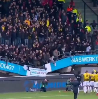 Tribunele unui stadion s-au prabusit la finalul unei meci de fotbal. Sectorul era plin cu suporteri VIDEO