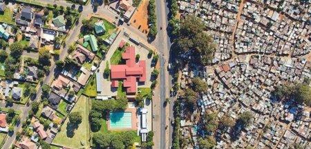 In Africa de Sud, una dintre cele mai inegalitare tari din lume, tot mai multi bogati isi asigura <span style='background:#EDF514'>COPACI</span>i din gradina