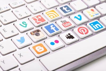 Peste 50% dintre utilizatorii de social media au folosit retelele mai mult in timpul lockdown-ului