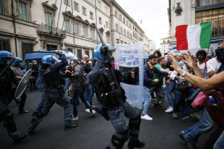 Violente in Italia. Protes<span style='background:#EDF514'>TATAR</span>ii care se opun utilizarii certificatelor Covid-19 tuturor angajatilor se confrunta cu fortele de ordine