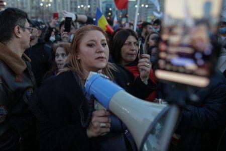 Diana Șosoaca urla in curtea Institutului Nasta: Aici se intampla crime! Chemati Politia, vreau sa depun plangere impotriva tuturor! Beatrice Mahler, agresata de senatoare VIDEO