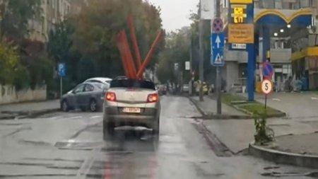 VIDEO. <span style='background:#EDF514'>DOLJ</span>ean surprins transportand tevi uriase cu o masina decapotabila