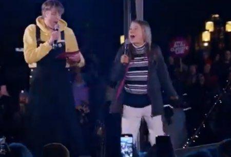 VIDEO Moment viral. Greta Thunberg a cantat pe scena celebra piesa a lui Rick Astley Never Gonna Give You Up