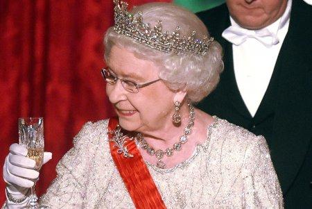 Medicii nu-i mai dau voie: Bautura la care trebuie sa renunte Regina Elisabeta a II-a. Reteta unui cocktail regesc (VIDEO)