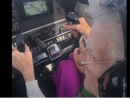 Momentul in care o femeie in varsta de 84 de ani piloteaza pentru ultima oara. Video viral