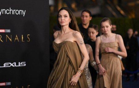 <span style='background:#EDF514'>ANGELINA</span> Jolie, aparitie rara alaturi de copiii ei la premiera Eternals. Cum s-a imbracat Shiloh, fiica in varsta de 15 ani