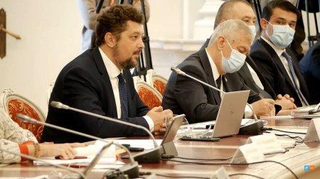 Fara masca la audierile ministrilor! Liderul AUR, Claudiu Tarziu, si-a dat masca jos intr-o sala cu peste 30 de persoane VIDEO