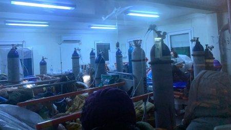I<span style='background:#EDF514'>ZOLA</span>tor plin cu pacienti conectati la tuburi de oxigen, imaginea disperarii la spitalul din Galati