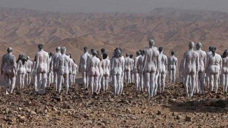 200 de de femei si barbati s-au dezbracat la Marea Moarta pentru un scop nobil