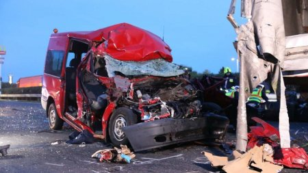 Cinci morti intr-un microbuz romanesc strivit de un camion, accident pe aut<span style='background:#EDF514'>OSTRA</span>da M1 din Ungaria