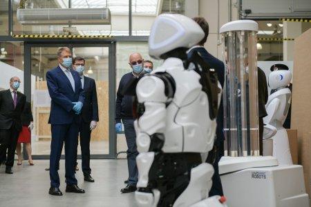 """Umilinta suprema pentru Klaus Iohannis! """"Incredibil, Robotul Defect ne vorbeste acum de vaccinare"""""""