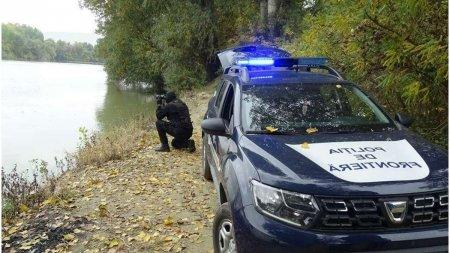 Opt migranti egipteni si sirieni au fost recuperati de politistii de frontiera din apele Dunarii