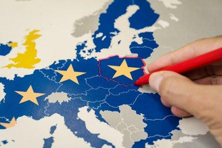 Polonia acuza un santaj venit de la Bruxelles. Discursul premierului polonez, aclamat in <span style='background:#EDF514'>PARLAMENTUL</span> European