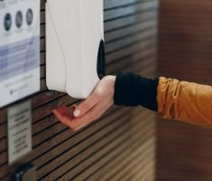 Cum alegi cel mai eficient dispenser dezinfectant pentru afacerea ta?