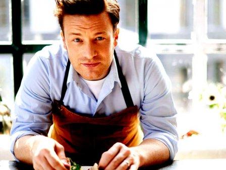 Chef Jamie <span style='background:#EDF514'>OLIVER</span> a slabit 12 kilograme mancand chiar mai mult decat inainte