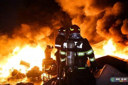 Incendiu puternic la o mana<span style='background:#EDF514'>STIR</span>e din Agigea. Pompierii intervin cu 15 autospeciale