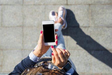 Studiu: Romanii devin anxiosi atunci cand raman fara baterie la telefon