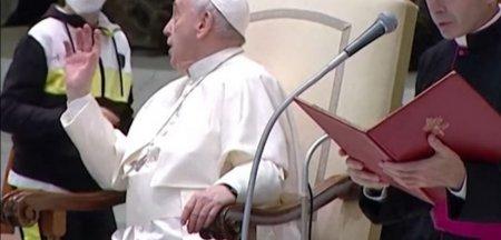Un baietel a atras toate privirile in timpul audientei Papei Francisc. S-a plimbat ne<span style='background:#EDF514'>STING</span>herit pe scena si i-a luat boneta suveranului VIDEO