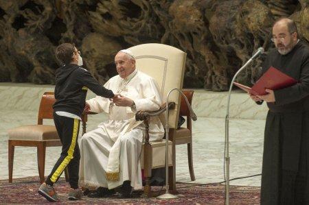 Gestul facut de un copil in timpul audientei Papei <span style='background:#EDF514'>FRAN</span>cisc. Ii multumesc pentru lectia pe care ne-a dat-o