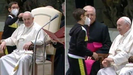 Acest copil cu <span style='background:#EDF514'>DIZABILITATI</span> s-a asezat langa Papa Francisc si a plecat cu boneta. Reactia suveranului pontif