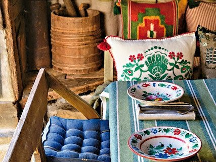 Doi antreprenori romani trimit tapet, tapiserii, corpuri de iluminat, perne decorative sau tablouri made in Ro in 80 de tari. Care este brandul transilvanean pe care l-au construit si care a ajuns in toata lumea?