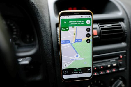 Cum planifici o calatorie cu masina cu <span style='background:#EDF514'>AJUTORUL</span> Google Maps sau Waze