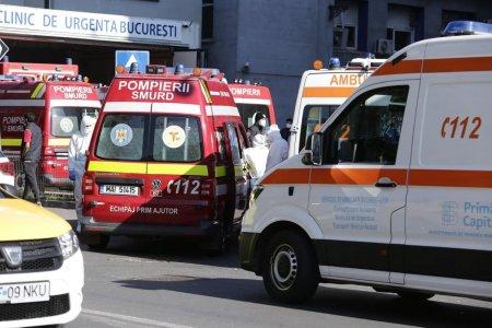 Coada de ambulante in fata Spitalului Floreasca din Bucuresti. Cadrele medicale ies din masini sa dirijeze circulatia