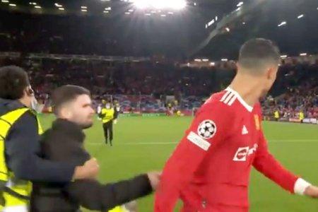 Cristiano Ronaldo, tinta unui suporter pe Old Trafford » Cum a reactionat dupa ce a fost tras de tricou