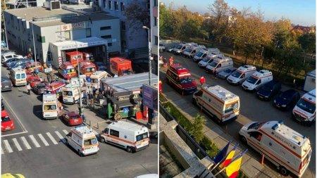 Imaginile zilei: Ambulantele sufoca <span style='background:#EDF514'>TRAFICUL</span> la intrarea in spitale